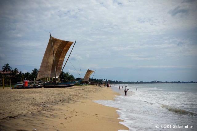 Katamaran na pláži v Negombo, Srí Lanka